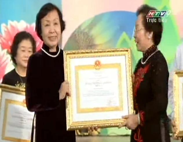 Bà Nguyễn Thị Sơn Chủ Tịch Hội đồng quản trị Trường THCS, THPT Duy Tân  được nhà nước trao tặng huân chương lao động hạng ba