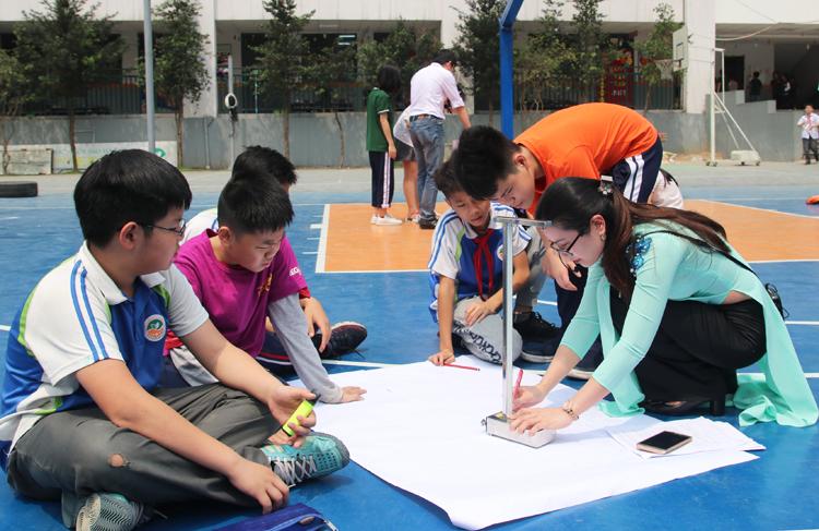 Hơn 100 học sinh Hà Nội thực hành đo chu vi Trái Đất