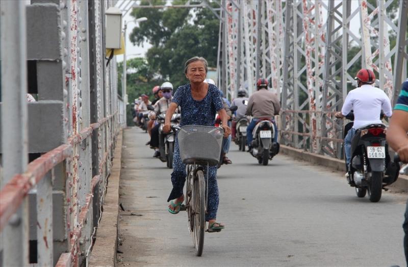 Cầu hơn 100 năm tuổi trên sông Sài Gòn đang được tháo dỡ theo kế hoạch.