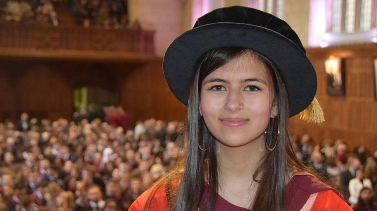 Nữ sinh 17 tuổi nhận bằng tiến sĩ danh dự