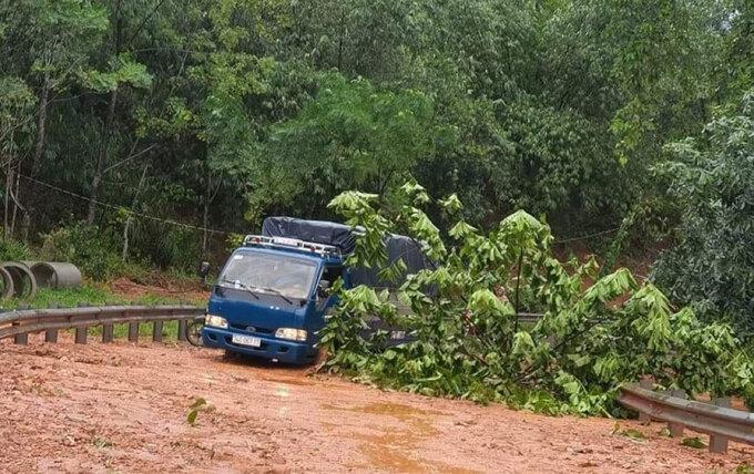 Bão suy yếu thành áp thấp nhiệt đới