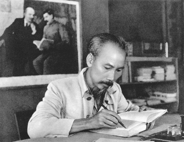 """Tư tưởng Hồ Chí Minh về """"lấy dân làm gốc"""" soi sáng công tác dân vận hiện nay"""