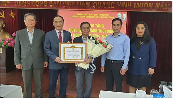 Đảng uỷ cơ quan TW Hội Luật gia VN trao tặng Huy hiệu 40 năm tuổi Đảng cho Đ/c Dương Thành Bắc - nguyên trợ lý Chủ tịch Nước, nguyên Phó chủ tịch HLGVN.